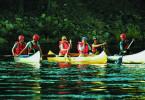 Während einer Wildwasserfahrt treffen vier Männer auf zwei Frauen