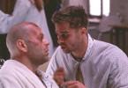 Bruce Willis (l.) begegnet Brad Pitt in der Vergangenheit