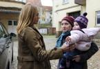 Marie (Sonsee Neu, l.) hat Sandra (Anna Maria Mühe) nach Hause gebracht und will Maya (Daniela Ostanovsky) in die Wohnung bringen