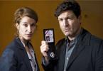 Francis Fulton-Smith (mit Chiara Schoras) kann als Kommissar LaBréa ganz schön grimmig schauen