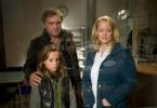 Lutz (Bernhard Schir) und Lea (Stella Kunkat) beobachten zusammen mit Schwester Ines (Floriane Daniel) das Baby