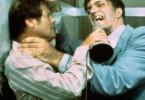 Du hast aber schöne Beißerchen! Roger Moore füttert Richard Kiel.