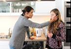 Sonja (Anja Kling, l.) versucht ihre Tochter Nele  (Lilli Meinhardt) zu trösten