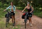 Die Freundinnen Ellie (Odette Yustman, l.) und Stephanie (Amber Heard) reisen mit dem Fahrrad durch Argentinien