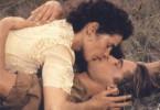 Ein Kuss im Gras, doch ohne große  Leidenschaft und überhaupt nicht legendär: Julia Ormond, Brad Pitt