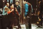 Steve Sinclair (Robert Taylor, r.) und sein jüngerer Bruder Tony (John Cassavates, 2.v.l.) haben sich hoffnungslos zerstritten