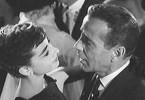 Du siehst einfach wunderbar aus! Humphrey Bogart kann sich dem Charme von Audrey Hepburn nicht entziehen