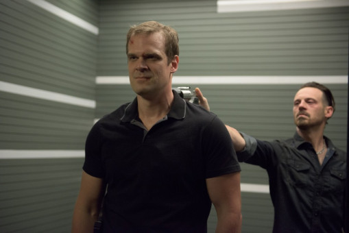 "Dennison (David Harbour) bedroht (""Dennison"") Rob Novak (Scoot McNairy)."