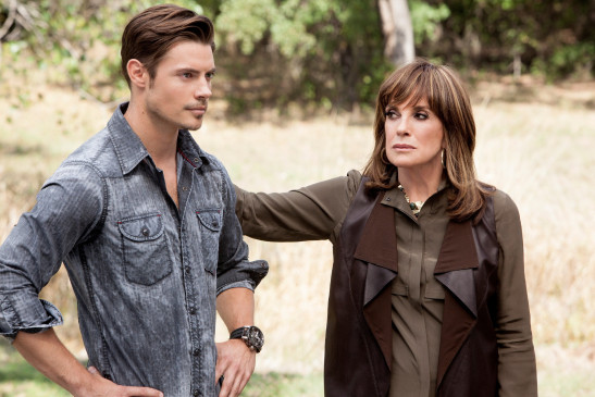 "John Ross (Josh Henderson) und Sue Ellen (Linda Gray) in ""Dallas""."