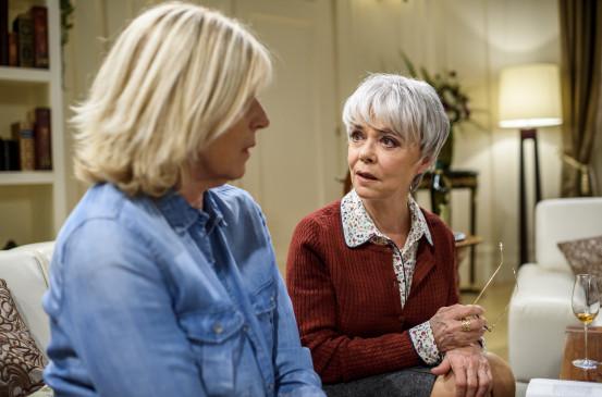 Charlotte (Mona Seefried, l.) erfährt von Christine (Simone Rethel, r.), dass sie einen älteren Bruder hat.