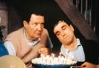Christy (Daniel Day Lewis, r.) will seinem Vater beweisen, dass er die Kerzen auf seiner Geburtstagstorte allein auspusten kann