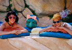 Wilma (Kristen Johnston, re.) und Betty (Jane Krakowski, li.) genießen ihre Massage... Foto: © 2000 Universal Studios and Amblin Entertainment, Inc. All Rights Reserved. FOR EDITORIAL USE ONLY -- NOT FOR RESALE -- DO NOT ARCHIVE