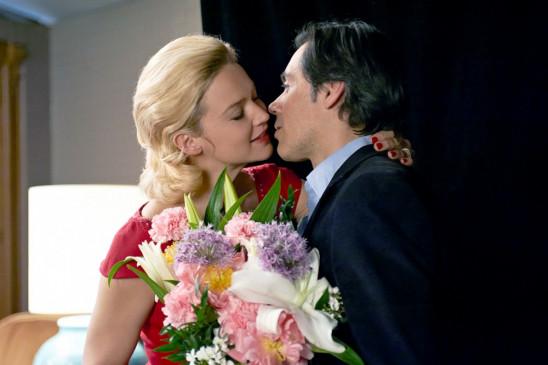 Clément (Emmanuel Mouret) begrüßt die berühmte Schauspielerin Alicia (Virginie Efira) nach einer Vorstellung hinter der Bühne.