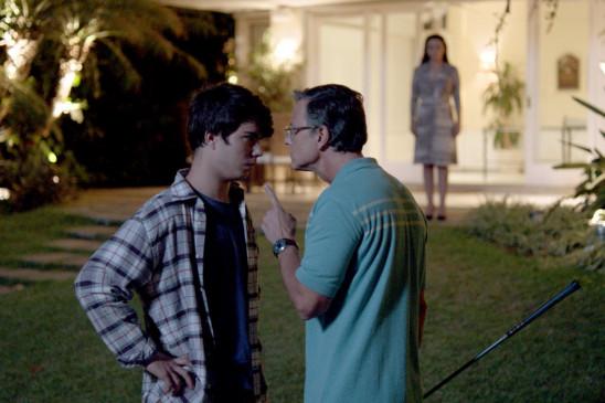 Nach einer Abfuhr von Luiza kann Jean (Thales Cavalcanti, li.) das Zimmer des Sexhotels, in dem sie die Nacht verbringen wollten, nicht bezahlen und flüchtet. Daraufhin kommt es zu einem ernsten Streit mit seinem Vater (Marcello Novaes, re.).