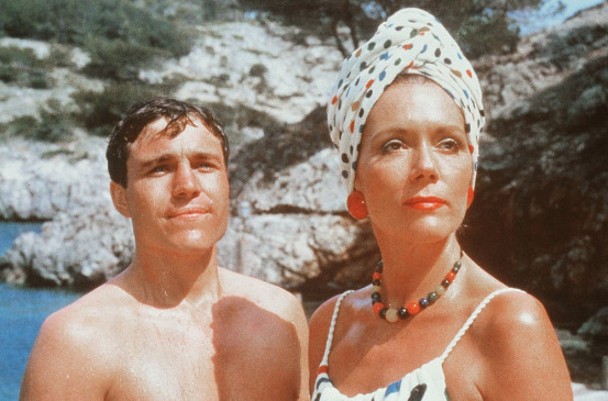 Obwohl der langjährige Broadway-Star Arlena Marshall (Diana Rigg) seit kurzem verheiratet ist, scheint sie einem Ferien-Abenteuer mit dem jungen Patrick Redfern (Nicholas Clay) nicht abgeneigt zu sein.
