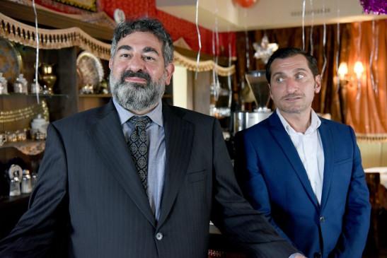 Der Besuch von Sabries erzkonservativem Vater, dem General (Hasan Ali Mete, li.), setzt Mustafa (Tim Seyfi, re.) unter Druck. Denn er hat den Erfolg seines Geschäfts der Familie in der Türkei gegenüber stark übertrieben.
