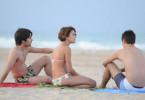 Noch ist die Lebensfreude ungetrübt: Maria José (Adriana Ugarte,), Jaime (Biel Durán, r.) und Marcos (Nilo Mur)