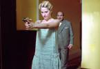 Nicht schießen, Madame! Lucy (Aimee Mullins, Foto mit David Suchet) zielt auf den Mörder ihres Vaters
