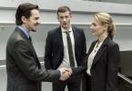 Manuel Bachers (Felix Klare) Kollege Kroth (Christoph Schechinger, Mitte) macht ihn mit der Staatsanwältin Caroline von Studt (Julia Thurnau) bekannt.