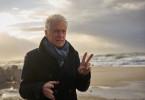 Hauptkommissar Theo Clüver (Robert Atzorn) sucht am Strand nach Zeugen.
