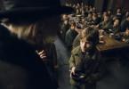 Oliver Twist (Barney Clark) bittet im Waisenhaus um eine zweite Portion.