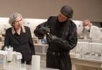 Toni Matthes (Marc Hosemann) erprobt ein neues Gift gegen Ratten, seine Mutter Claire (Monika Hansen) ist fasziniert von dem Geschehen, denn sie glaubt fest an ihn.
