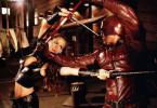 Da Elektra (Jennifer Garner) im Glauben ist, dass Daredevil (Ben Affleck) für den Tod ihres Vaters verantwortlich ist, lässt sie nichts unversucht, um ihm eine gerechte Strafe zu erteilen - nichtahnend, dass es sich bei Daredevil um ihren Liebhaber Matt handelt...