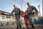 Murat Kurnaz (Sascha Alexander Geršak) wird unter dem bloßen Verdacht, ein Terrorist zu sein, nach Guantánamo gebracht.