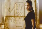 Die bildhübsche Grabjägerin Lara Croft (Angelina Jolie) sammelt mystische Gegenstände. Als sie in ihrer Villa eine alte Uhr findet, wird ihr Entdeckerdrang geweckt..