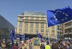 """Pro-Europa-Kundgebung """"Pulse of Europe"""" in Frankfurt am Main am 30.April.2017. Das Motto: Mauern einreißen statt hochziehen."""