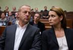 Randolph Tiefenthaler (Heino Ferch, l.) und seine Frau Rebecca (Anja Kling, r.) warten angespannt auf die Eröffnung der Gerichtsverhandlung.