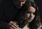 Liv (Alice Dwyer) ist dem mysteriösen Kurt Veith (Götz Schulte) ausgeliefert. Ist er ein Retter oder ein Psychopath?
