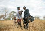 Der kenianische Bauer Kisilu Musya verabschiedet sich von seiner Frau und den Kindern, bevor er zum UN-Klimagipfel nach Paris reist.