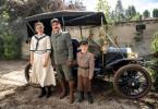 Ferdinand Porsche (Andreas Stadler) eingerahmt von seiner Tochter Louise (Lea Glashauser) und seinem Sohn Ferry Porsche (Jannis Bachmann) vor seinem Automobil.