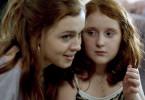 Katja (Amy Deasismont) und ihre kleine Schwester Stella (Rebecka Josephson) sind sich sehr nah.
