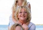 Henni Höffner (Saskai Vester) ist das neue Kindermädchen von Marie (Pia Soppa, re.) und Stella (Elle Gertz).