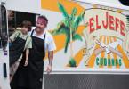 Carl Casper (Jon Favreau, r.) und sein zehnjähriger Sohn Percy (Emjay Anthony) sind mit einem Food-Truck von Miami nach Kalifornien unterwegs.