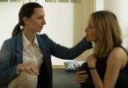 Gabi Henke (Katharina Schüttler, l.) bietet Sybille Thalheim (Stefanie Stappenbeck, r.) ein Versteck in einem Geburtshaus.