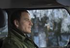 Michael Fassbender spielt mit Harry Hole einen Detektiv, der unter Alkoholsucht leidet und müde wirkt, aber einen kühlen Kopf behält. Bis seine Freundin in Gefahr gerät.