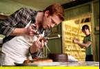 Profikiller Milo (Damian Lewis) hat eine ganz spezielle Torte gebacken. Eggs (Dyfan Dwyfor, re.) beobachtet ihn dabei.