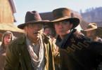 Zusammen mit seinem väterlichen Freund Doc Brown (Christopher Lloyd, li.) erlebt Marty (Michael J. Fox) im Wilden Westen des Jahres 1885 zahlreiche Abenteuer..