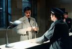 Einbrecherkönig Corey (Alain Delon, li.) wird nach fünf Jahren Gefangenschaft aus dem Knast entlassen.