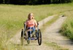 Bärbel Leitners (Jennifer Ulrich) neuer Dreirad-Rollstuhl ermöglicht ihr ein bisschen mehr Selbstständigkeit und Freiheit. Sie kann damit auch allein Ausflüge in die Natur machen.