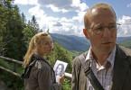 """Heino Ferch als Matthias Auerbach und Nadja Uhl als Inka stehen vor großen Rätseln in dem spannenden Mysterythriller """"Die Toten vom Schwarzwald"""". Gedreht wurde diese Szene auf dem Hochplateau des Feldberges im Schwarzwald."""