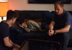 Carlos (Matthias Koeberlin, r.) erzählt Alexander (Vincent zur Linden, l.) die Geschichte des kleinen Ibo (Mika Ullritz, M.). Alex ist sichtlich berührt.