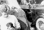 John F. Kennedy, gerade 20 Jahre, wird 1937 von seinem ehrgeizigen Vater zu einer Europareise gedrängt. Sein Cabrio darf er mitnehmen, den Dackel Offie kauft er sich vor Ort.
