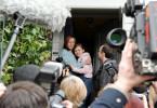 Die Journalisten, allen voran Oliver Reiss (Michael Krabbe, re.), stürzen sich auf Sandra (Silke Bodenbender, li.) und Eva Schlitter (Letizia Caldi, Mi.).
