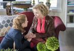 Stella (Wanda Perdelwitz, l.) versucht ihre Mutter Barbara (Michaela May, r.) zu trösten, die gerade von ihrem Mann verlassen wurde.