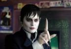Barnabas Collins (Johnny Depp), nach 200 Jahren aus seinem Grab befreit und als Vampir nach Collinsport zurückgekehrt, will dem Familienunternehmen wieder zu altem Glanz verhelfen.