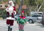 Jedes Jahr um die Weihnachtszeit wird es dem versoffenen Tunichtgut Willie (Billy Bob Thornton, li.) ganz warm ums Herz. Dann nämlich verkleidet er sich als Santa Claus, um zusammen mit seinem als Elf getarnten Partner Marcus (Tony Cox) in überfüllten Kaufhäusern auf Diebestour zu gehen.